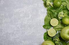 Разнообразие зеленых фруктов и овощей на серой предпосылке бетона, камня или шифера Стоковая Фотография