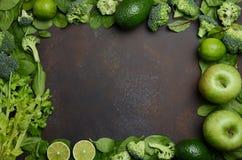 Разнообразие зеленых фруктов и овощей на темной предпосылке бетона, камня или шифера Стоковые Изображения RF