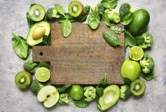Разнообразие зеленых фруктов и овощей с пустым деревянным вырезыванием Стоковое Изображение