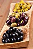 Разнообразие зеленых, черных и смешанных marinated оливок Стоковое Фото