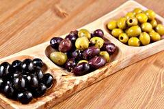 Разнообразие зеленых, черных и смешанных marinated оливок Стоковое Изображение RF