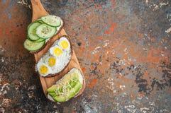 Разнообразие здравиц хлеба рож с овощами Стоковое Изображение