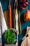 Разнообразие испанского языка вылечило мясные продукты, мясную закуску, свежее розмариновое масло, деревянную разделочную доску,  Стоковое Изображение RF