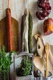Разнообразие испанского языка вылечило мясные продукты, мясную закуску, свежее розмариновое масло, деревянную разделочную доску,  Стоковое Изображение