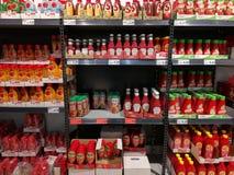 Разнообразие кетчуп в супермаркете Стоковая Фотография