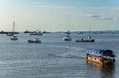 Разнообразие коммерчески и частных кораблей и шлюпок на гавани Pointe-Noire Стоковые Фото