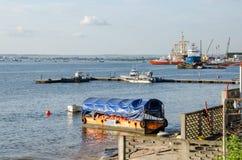 Разнообразие коммерчески и частных кораблей и шлюпок на гавани Pointe-Noire Стоковое Изображение