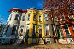 Разнообразие красочных домов строки в Hampden, Балтиморе Мэриленде стоковое изображение