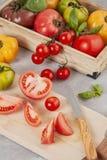 Разнообразие красочных органических томатов еда принципиальной схемы здоровая стоковые изображения rf