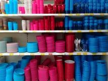 Разнообразие красочных пластичных баков стоковая фотография