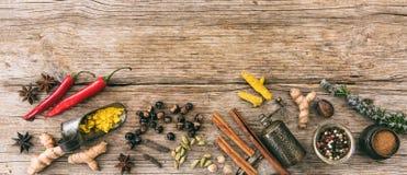 Разнообразие красочных специй на деревянной предпосылке, взгляд сверху, знамени, космосе экземпляра Стоковое Фото