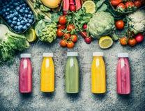 Разнообразие красочных Smoothies или соков разливает пить по бутылкам напитков с различными свежими ингридиентами: плодоовощи, яг стоковое изображение rf