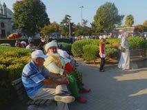 Разнообразие - люди на парке в историческом центре Стамбула, Турции стоковое фото rf