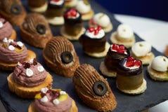 Разнообразие мини закусок сандвичей, взгляд сверху стоковое фото rf