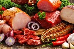 Разнообразие мясных продуктов включая ветчину и сосиски стоковые изображения