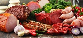 Разнообразие мясных продуктов включая ветчину и сосиски стоковое фото rf