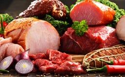 Разнообразие мясных продуктов включая ветчину и сосиски стоковые фото