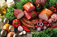 Разнообразие мясных продуктов включая ветчину и сосиски стоковое изображение rf