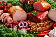 Разнообразие мясных продуктов включая ветчину и сосиски стоковые фотографии rf