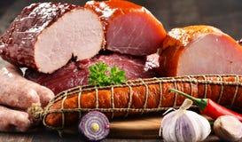 Разнообразие мясных продуктов включая ветчину и сосиски стоковая фотография rf