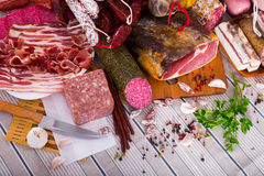Разнообразие мяс на таблице стоковые фотографии rf