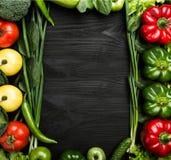 Разнообразие овощей аранжировало в форме рамки, с космосом для текста или рекламы стоковые фото