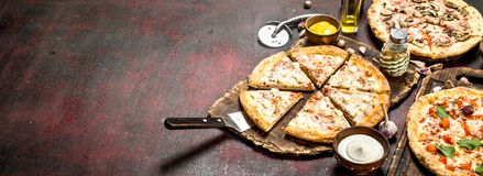 разнообразие пицц с соусами стоковые фотографии rf
