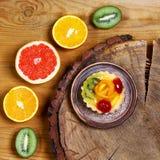 Разнообразие плодоовощей грейпфрута, апельсинов, кивиа, лимона, мяты, торта, сладостного десерта плодоовощ на плите на деревянной Стоковые Изображения
