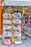 Разнообразие полотенец и шляп холста на дисплее в Chania, в 20-ое августа 2018 стоковая фотография rf