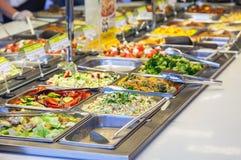 Разнообразие продажи различных салатов стоковое фото rf