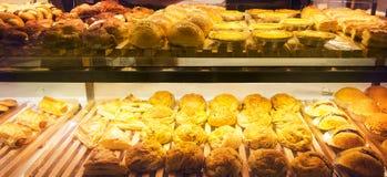 Разнообразие продуктов хлебопекарни на полке Стоковое Фото