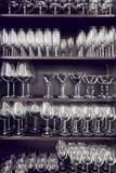 Разнообразие пустых кристаллических стекел на полки Стоковые Фото