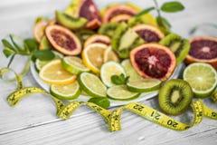 разнообразие плодоовощи и измеряя лента стоковые фотографии rf