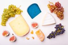 Разнообразие различного сыра с гайками на таблице стоковая фотография rf