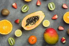Разнообразие различных тропических и сезонных плодоовощей лета Картина кивиа клубник лимонов апельсинов цитруса Tangerines манго  Стоковые Изображения