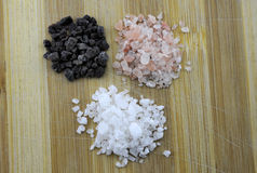 Разнообразие различного Hawaiian солей моря, черных и красных, серого Celtic, розовое гималайского, 2017 Стоковое Изображение RF