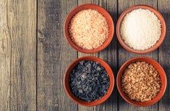 Разнообразие различных солей моря в керамических шарах Стоковые Изображения