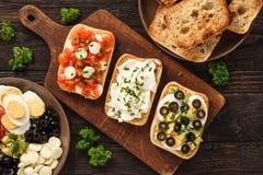 Разнообразие сандвичей с плавленым сыром томатов, моццареллы, авокадоа, яичка и стоковые фотографии rf