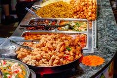 Разнообразие сваренной китайской еды на дисплее для выноса на рынке Camden в Лондоне стоковое изображение