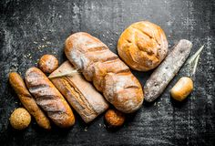 Разнообразие свежий испеченный хлеб стоковые изображения