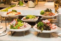 Разнообразие свежих салатов на линии шведского стола Стоковые Изображения RF