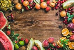 Разнообразие свежих фруктов лета над деревенской деревянной предпосылкой стоковое фото rf