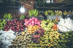 Разнообразие свежих фруктов на рынке ночи натуральных продуктов человека kuta острова bali городок захода солнца формы красивейше стоковое фото