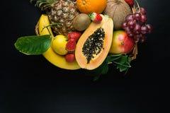 Разнообразие свежих ягод тропических и лета сезонных плодоовощей ананаса папапайи манго кокоса апельсинов кивиа бананов лимонов г Стоковая Фотография