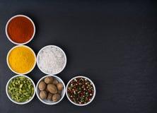 Разнообразие специи азиата в керамическом взгляд сверху шаров Стоковая Фотография