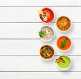 Разнообразие супов на белой древесине, взгляд сверху стоковая фотография rf