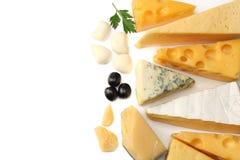 Разнообразие сыра изолированное на белой предпосылке виды сыра различные Взгляд сверху стоковое фото
