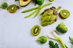 Разнообразие сырцовых зеленых салатов овощей, салат, bok choy, мозоль, брокколи, капуста савойя как доска рамки круглая пустая бе Стоковое Изображение RF