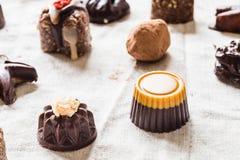 Разнообразие сырцовых конфет шоколада, домодельных помадок vegan различных форм Стоковые Фотографии RF