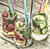 Разнообразие холодные напитки в малых бутылках с частями предпосылки плодоовощ деревянной стоковые изображения rf
